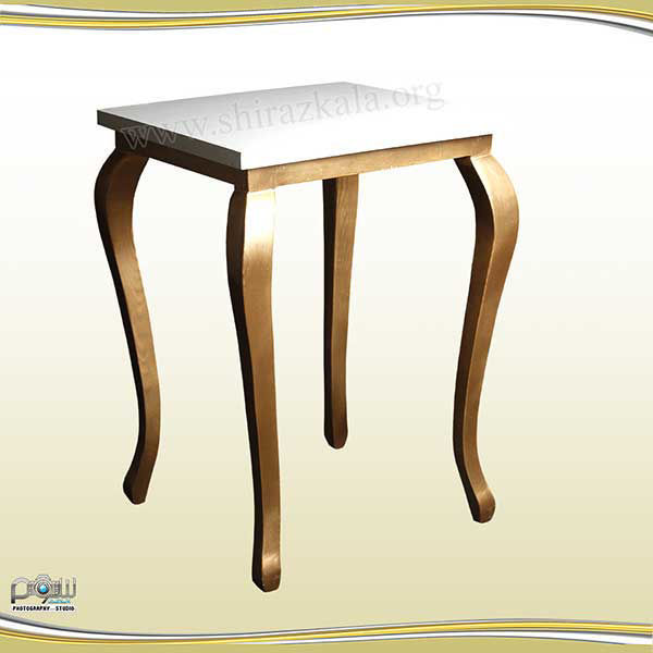 تصویر میز کیک کوئین طلایی با صفحه سفید