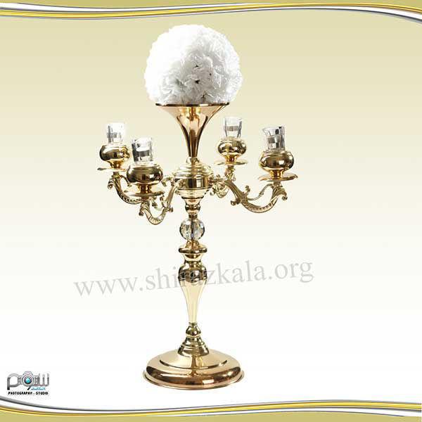 تصویر شمعدان ۴ شاخه طلایی با توپ گل میخک