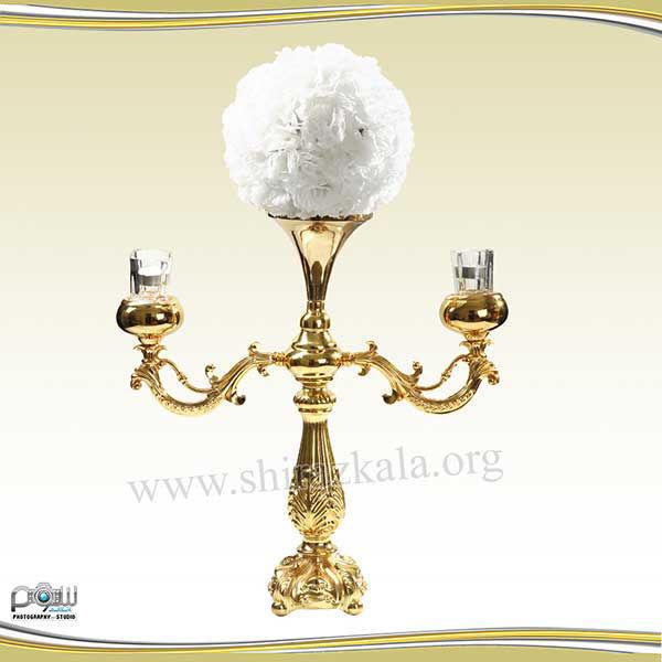 تصویر شمعدان ۲ شاخه طلایی با توپ گل میخک