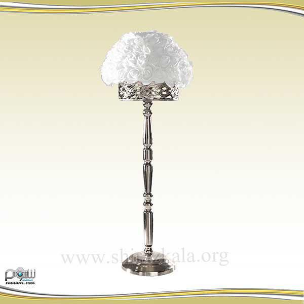 تصویر پایه گل نقره ای با گل رز سفید