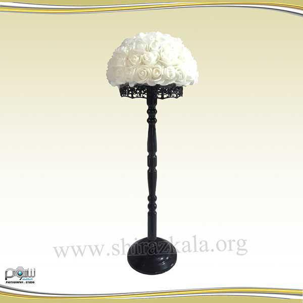 تصویر پایه گل مشکی با گل رز سفید